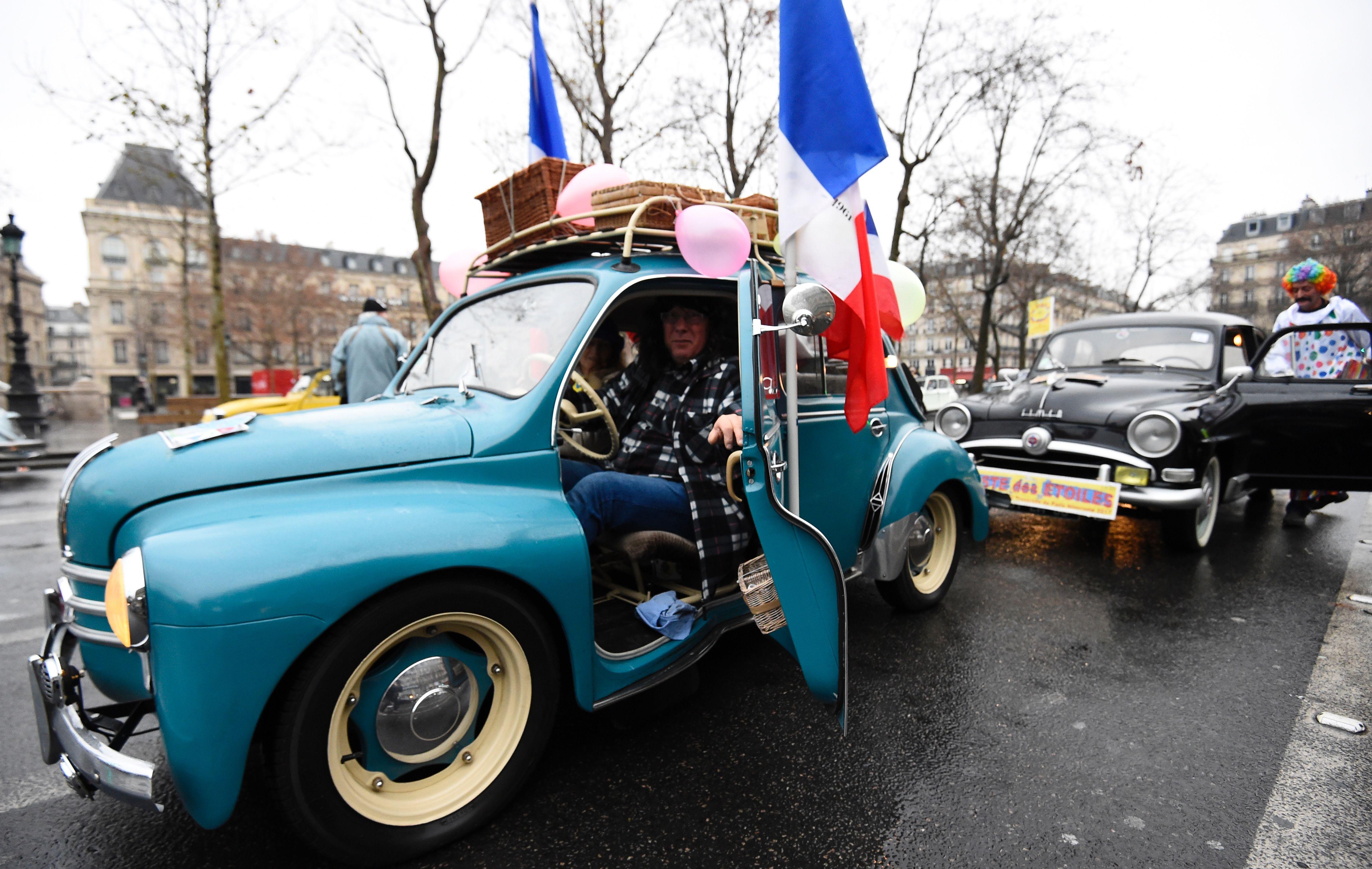 FRANCE-TOURISM-VINTAGE-CAR-PARADE